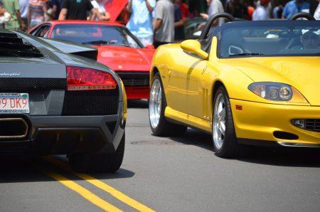 街を走る黄色の車
