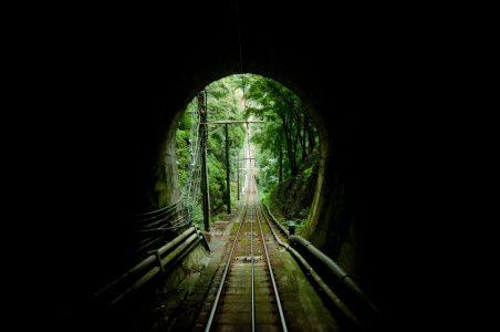 暗いトンネルを抜ける