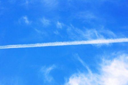 願いが叶いそうな飛行機雲