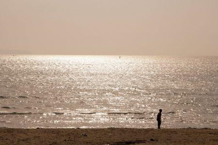 海岸で遠くの未来を見つめる