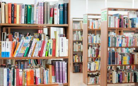 無職期間に図書館で本を読んで勉強する