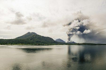 爆発する火山