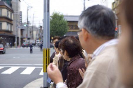 沿道でパレードを見物する人々