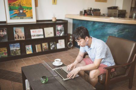 カフェでネットビジネスをする男性