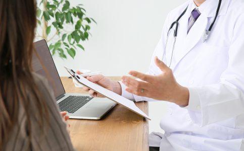 皮膚科で診察を受ける女性